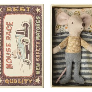 Little Brother Mouse in his own delightful retro box. Wearing a fixed long sleeved top and jeans. His Matchbox includes a pillow, mattress and knitted blanket. Cotton mouse approx 12cm tall (fits Maileg Micro clothing). Matchbox 14 x 8cm. CE Safety marked for children 3 years+.